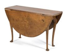 ANTIQUE AMERICAN QUEEN ANNE DROP-LEAF TABLE In maple with cabriole legs ending in pad feet. Height 28.5