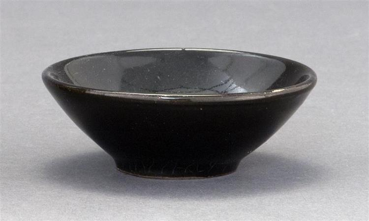 JIZHOU POTTERY TEA BOWL In black glaze with gilt leaf in base of interior. Unglazed foot. Height 1.5