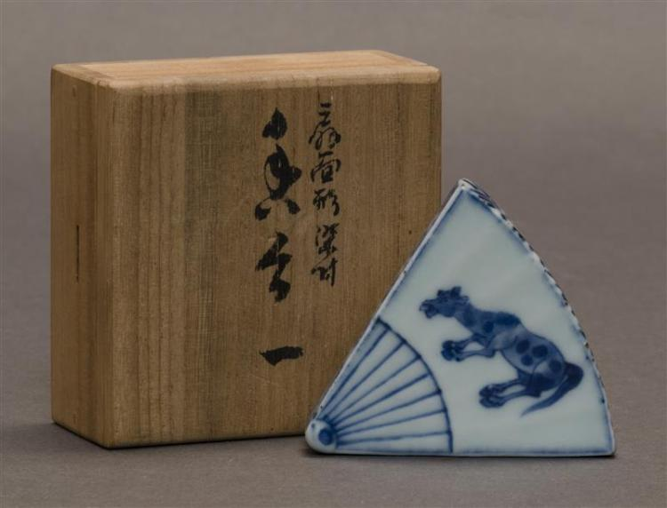 BLUE AND WHITE PORCELAIN INCENSE BOX In fan form with decoration of a spotted horse. Length 2.5