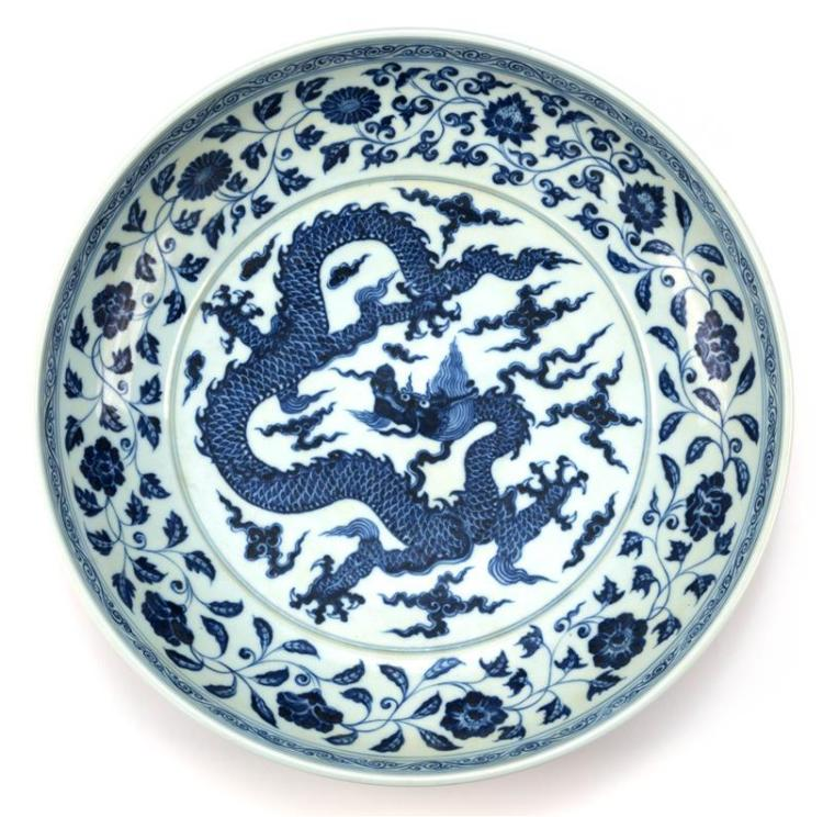 BLUE AND WHITE PORCELAIN CHARGER With five-claw dragon center surrounded by flowers. Diameter 15.3