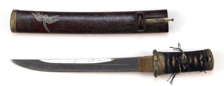 TANTO With sharkskin handle. Lacquer saya with silver-inlaid dragonfly and kogai. Length of blade 9