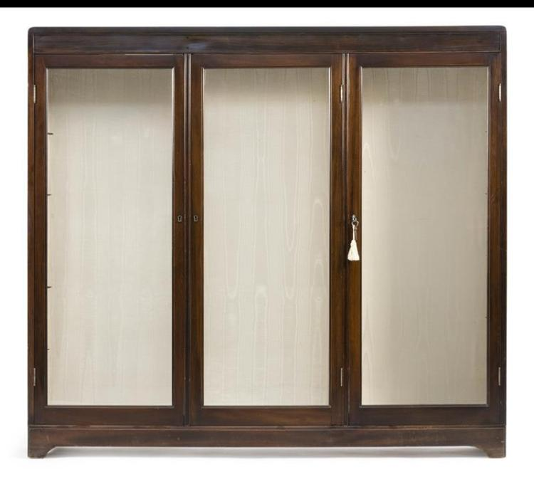 THREE-DOOR BOOKCASE In mahogany. With rounded corners. Height 53.5