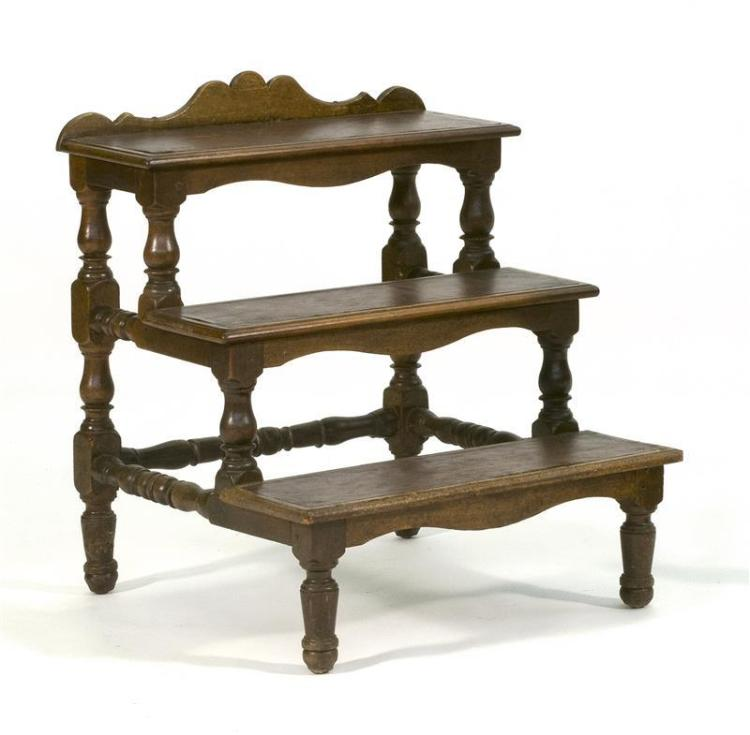 JACOBEAN-STYLE OAK LIBRARY STEPS With three brown leather treads. Block and ring-turned legs and stretchers. Height 28.75