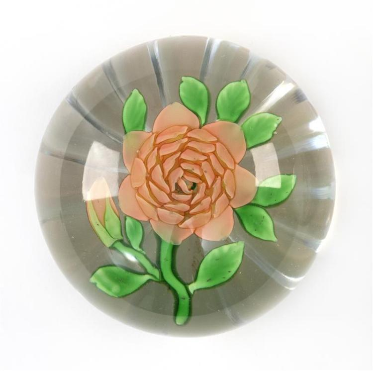 BACCARAT FLORAL PAPERWEIGHT Salmon-pink flower with green leaves and star-cut bottom. Diameter 2.75