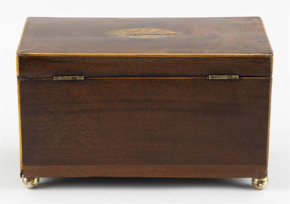 ENGLISH TEA CADDY In mahogany, with fruitwood inlay and brass ball feet. Fitted interior. Height 5.25