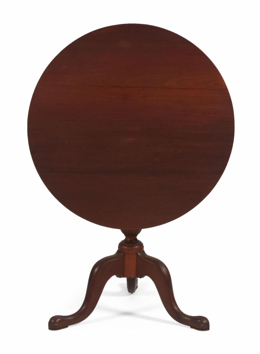 QUEEN ANNE-STYLE TILT-TOP TEA TABLE In mahogany. Circular top. Reeded urn-form pedestal on cabriole legs ending in modified pad feet...