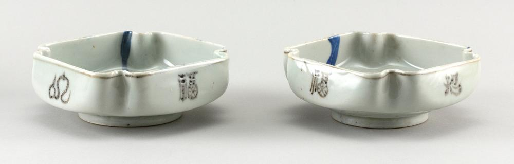 PAIR OF KOREAN BLUE, BLACK AND WHITE PORCELAIN DISHES Square, with pinched corners. Interiors with decoration of flowers and grasses...