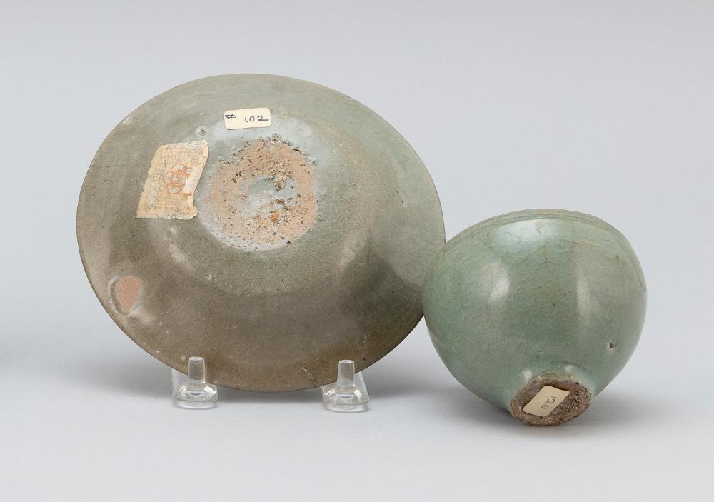 TWO PIECES OF KOREAN CELADON PORCELAIN A wine cup, height 2.5