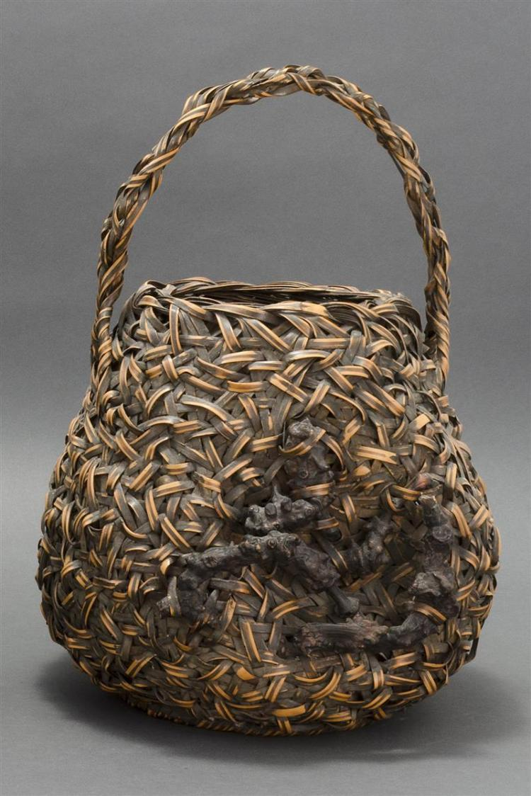 SPLINT BAMBOO IKEBANA BASKET With two-color bamboo splinting in pear shape with root wood imbrication and loop handle. Height 17.5