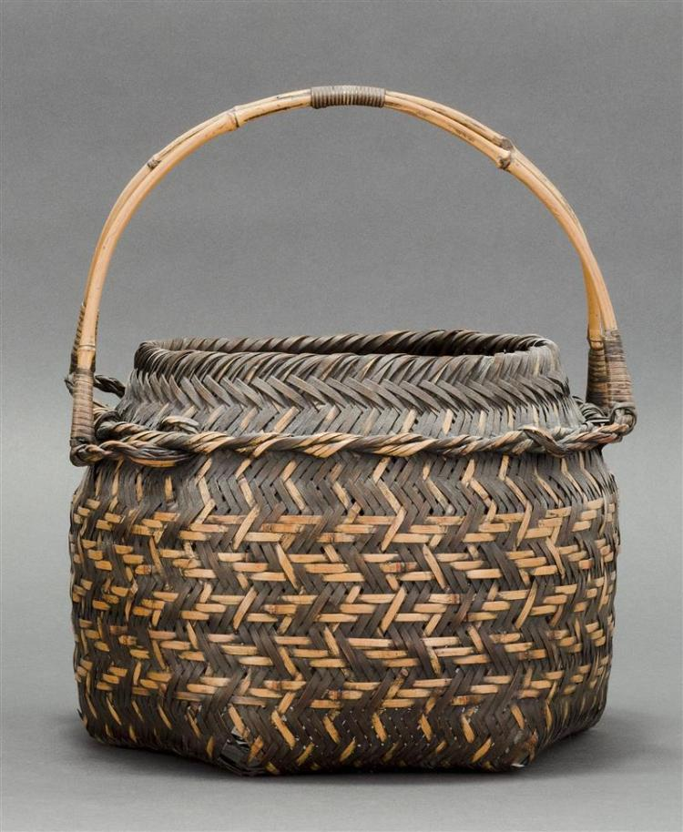 SPLINT BAMBOO IKEBANA BASKET In hexagonal form. With two-color splinting and double bamboo handle. Signed. Height 12.5