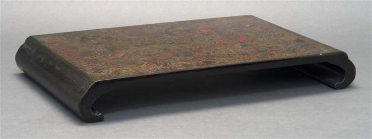 WAKASANURI LACQUER STAND With scrolled ends and stylized floral design. Height 2.5