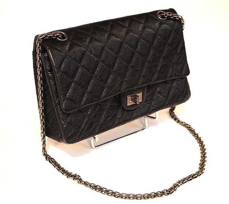 CHANEL - grand sac 2.55 en veau vieilli noir, 26 x 17 x 9 cm, fermoir et deux lo