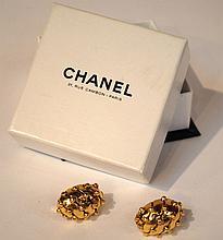 CHANEL - clips d'oreilles en métal doré, large dome pavé de boules dorées. Dans
