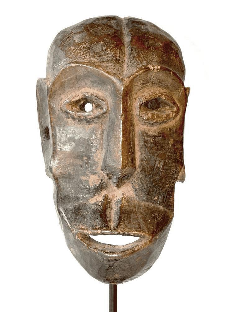 RDC,  ZIMBA. Masque aux grandes oreilles sculpté de manière énergique et offrant une large bouche proéminente Cet objet jouit d'une très belle patine ancienne d'usage. Bois 24,2 cm