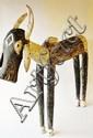 Mali,  BOZO. Marionnette de danse polychrome (Gris/bleu) représentant un bouc dressé sur ses quatre pattes, avec deux cornes amovibles sur la tête. Les pattes et les oreilles sont amovibles, elles aussi. Bois polychrome, tissus  90 cm