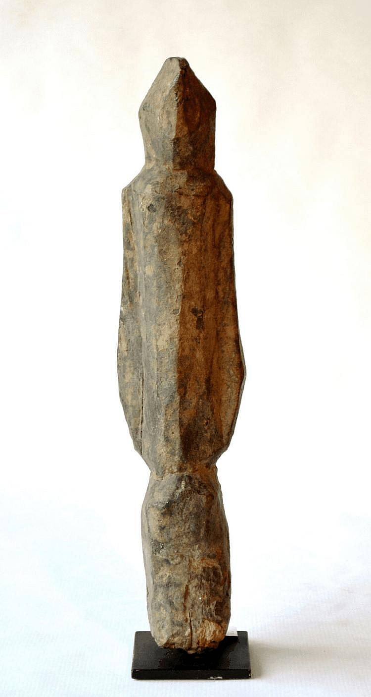 Mali,  DOGON. Statuette archaïque se tenant debout les bras tombant le long du corps. Bois 32 cm