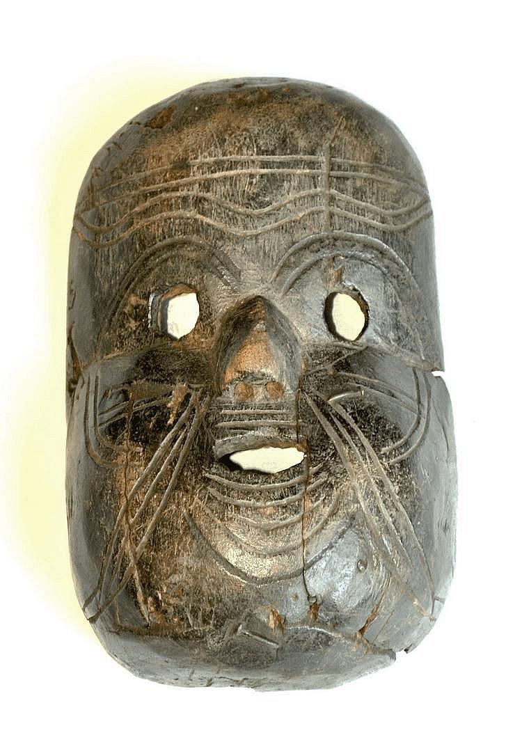 RDC. Très ancien masque avec scarifications et patine ancienne d'usage. Bois, clous. 27 cm