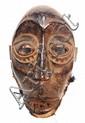 RDC, NDAKA. Masque de danse à l'expression d'une belle puissance visuelle. Ses grands yeux ouverts, cerclés de paupières fortement sculptées, son nez puissant, les oreilles et la bouche ouverte montrant les dents (4) et sa fort belle patine