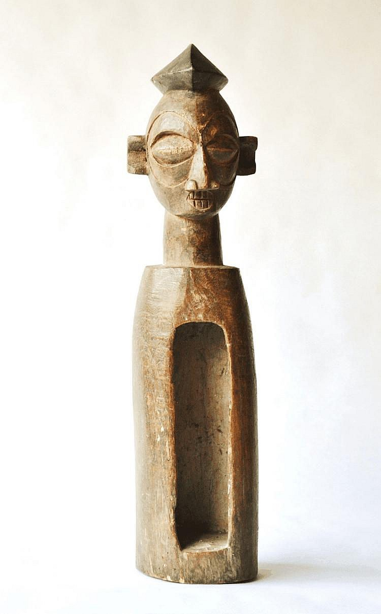 RDC,  YAKA. Petit tambour traditionnel surmonté d'une tête fort joliment sculptée. Belle patine d'usage. Le  bâton du tambour est absent. Bois 41 cm