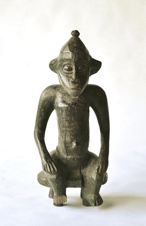 Côte d'Ivoire,  SENOUFO. Statuette masculine assise sur un tabouret traditionnel. Bois. 25 cm