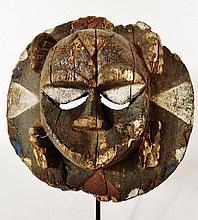 Masque Lune - Peuple EKET - Nigeria - Bois polychrome à très belle patine ancienne légèrement croûteuses par endroit - Dimension: diam.18 cm Certificat: Notez que ce masque est accompagné d'un «Certificat d'authenticité» délivré par l'expert Raoul