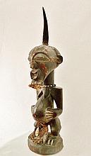 Fétiche de pouvoirs Kalebwe masculin - Peuple SONGYE centraux et méridionaux - RDC ex-Zaïre - Bois dur et lourd à belle et ancienne patine foncée lisse et brillante d'usage, lamelles de métal de cuivre (visage), petits clous ronds anciens de cuivre