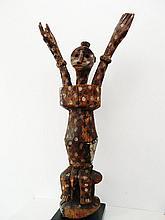 Sculpture anthropomorphe masculine assise sur un siège traditionnel - Peuple LENGOLA - RDC ex-Zaïre- Bois léger polychrome, métal (aluminium), matières végétales et organiques - Dimensions: H. 102 cm - Larg. 50 cm les bras placés.Provenance: