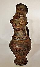 Verseuse à anse - Peuple MANGBETU - RDC ex-Zaïre - Terre cuite - Dimension: H. 41 cm Provenance: Coll. privée d'un médecin d'Île de France. Nous savons que les Mangbetu, qui vivent au Nord-Est de l'ex-Zaïre (RDC), enveloppaient la tête de leurs bébés