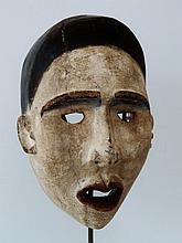 Masque facial polychrome de devin ou d'un nganga diphomba - Peuple BAKONGO / Groupe YOMBE Royaume de KONGO - RDC ex-Zaïre - Bois léger, polychromie de pigments blanc, bleu indigo, ocre, noirs et rouge-violacé - Dimensions: H. 30,5 cm Provenance: