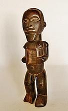 Figure magico-religieuse masculine se tenant debout - Peuple TEKE - RDC ex-Zaïre - Bois à très belle patine claire et brillante - Dimension: H. 27 cm Provenance: Coll. privée d'un médecin d'Île France. Cette statuette magico-religieuse masculine