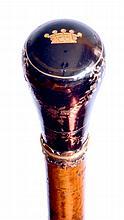 Fine CANNE de dandy, le pommeau milord en écaille et or, à décor de guirlandes e