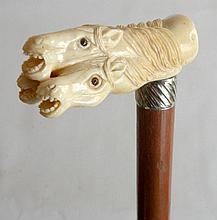 CANNE poignée équerre sculpté de 4 têtes de chevaux en os, bague en métal argent