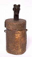 petite boîte Fang, Gabon, surmontée d'une tête patinée par l'usage, devait conte