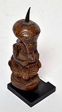 Statuette Songyé (Zaïre) statue d'autel, bois dur et tissu, très belle patine, 1