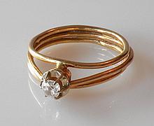 BAGUE en or jaune, la monture en triple anneau rehaussée d'un petit diamant T.A.