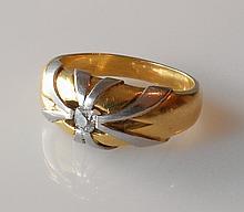 ANNEAU deux ors, orné d'un diamant T.A. Poids brut 10,1 g