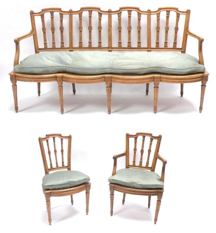 ameublement de salon en bois clair comprenant un canap tro. Black Bedroom Furniture Sets. Home Design Ideas
