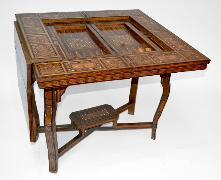TABLE à JEUX syrienne en marqueterie géométrique de bois de