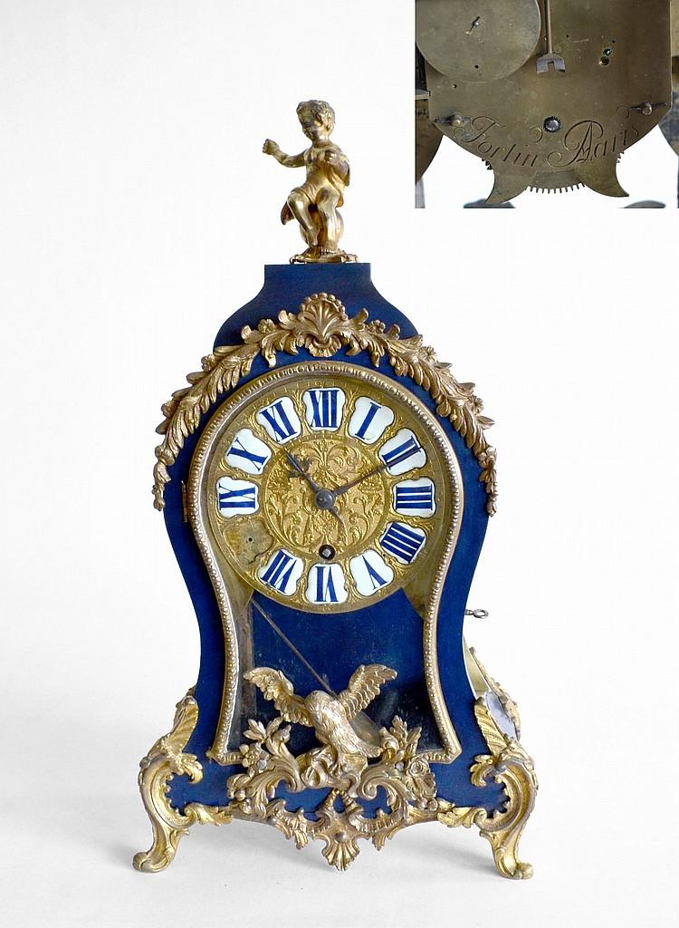Petit CARTEL en bois relaqué bleu et bronze doré, le cadran en bronre doré et pl