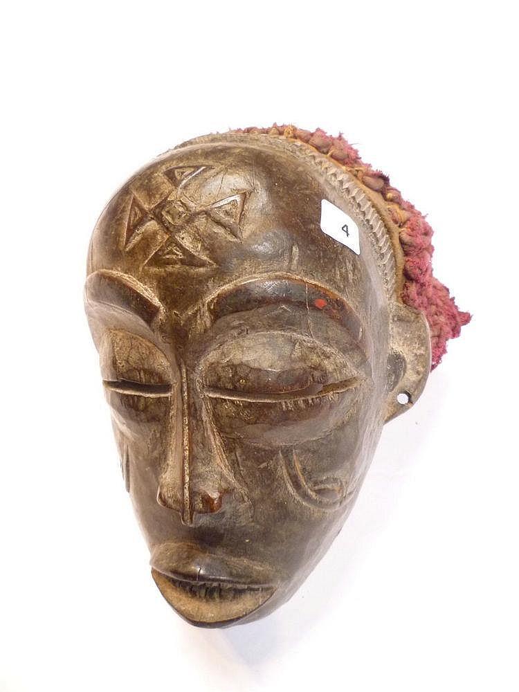 RDC.   TSHOKWE.   Intéressant masque avec coiffe ancienne.   Bois.     H: 20 cm   ((Anc.   Co