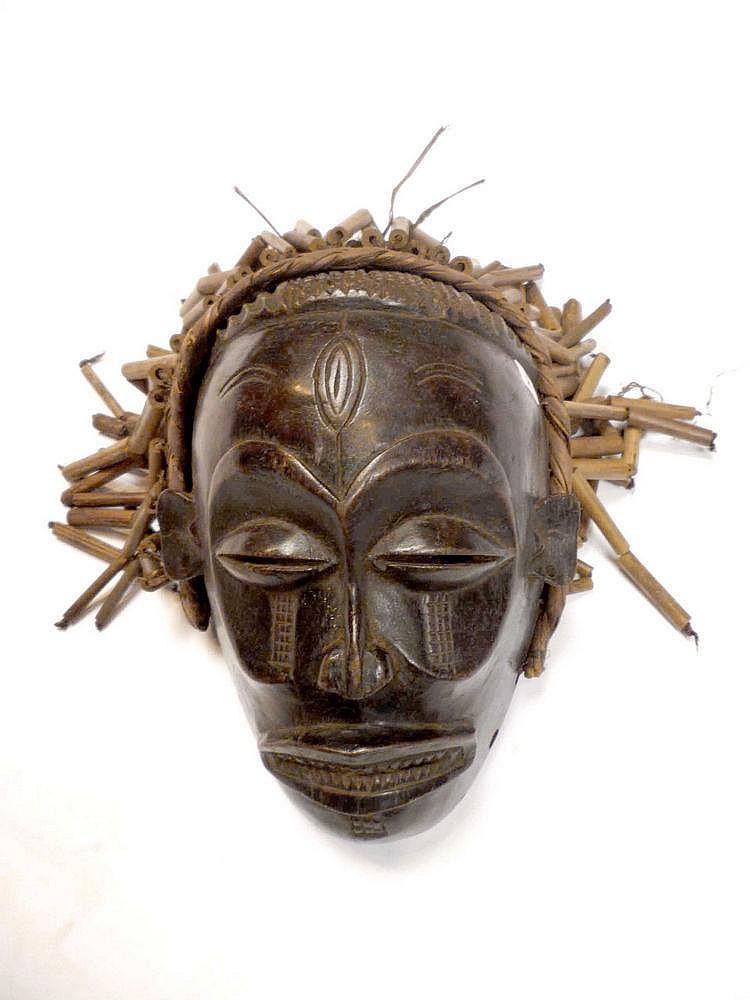 RDC.   TSHOKWE.   Masque à Très belle patine avec sa coiffe d'époque.   Bois.   Fibres.