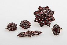 Konvolut Granatschmuck 4tlg.: Ring in GG 14K, Paar Ohrhänger und Brosche Silber vergoldet,