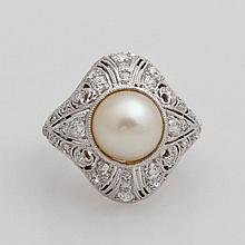 Damenring besetzt mit einer Naturperle, Altschliff- Diamanten sowie Achtkant- Diamanten.