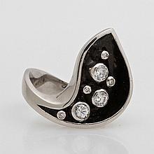 Damenring, partiell emailliert, besetzt mit drei Diam.- Brillanten zus. ca. 0,60 ct, W- CRYSTAL/ VSI sowie vier kl. Achtkant- Diamanten.