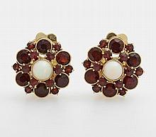 Ohrclips (Paar) besetzt mit je einem Opal sowie Granate.
