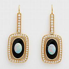 Ohrhänger (Paar) besetzt mit je einem Opal auf ovaler Onyxplatte, umrahmt von Diam.- Brillanten zus. ca. 1,3 cts, FEINES WEISS- WEISS/ VS- SI.