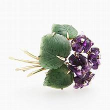 Brosche in Form eines Veilchenstraußes mit Blättern aus Nephrit und Blüten aus Amethyst bes. m. kl. Diam.