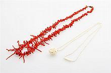 Konvolut, 2tlg.: 1 Collier aus Korallenästchen im Verlauf u. 1 Collier aus Elfenbein.