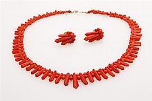 Set Korallschmuck, 3tlg.: 1 Collier aus verschiedenen Korallen-Elementen im Verlauf mit passenden Ohrclips.