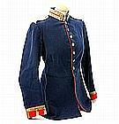 Rot-blauer Waffenrock, weiße Schulterstücke,